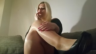 mariella smoking fetish in pantyhose and heels